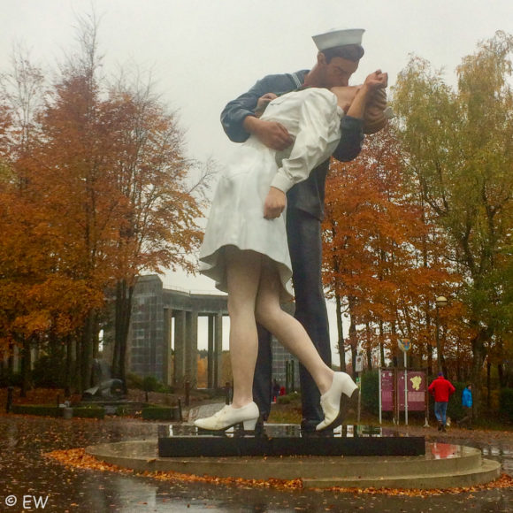 Embracing Peace - Seward Johnson